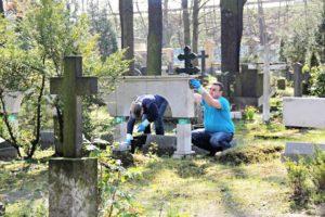 Работники осуществляют уборку захоронения фото