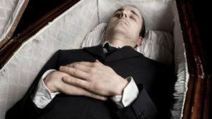 Труп с нанесенным гримом в гробу фото
