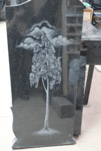 Изображение березы на монументе фото