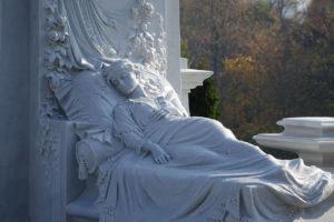 Скульптура на кладбище фото