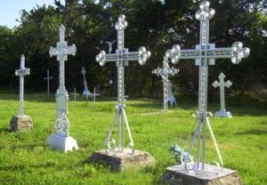 Установленные металлические кресты фото