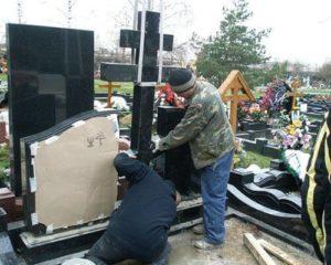 Процесс реставрации памятника на кладбище фото