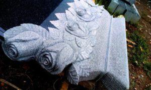 Высеченные на монументе розы фото