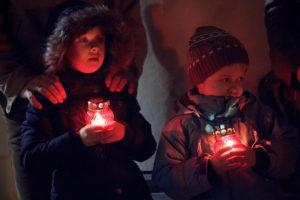 Дети с зажженными лампадами фото