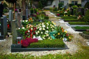 Большие букеты цветов на могиле фото
