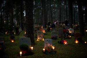 Кладбище с горящими лампадами фото