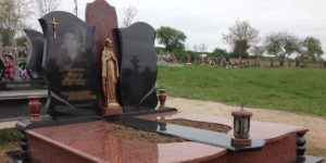 Установленная на могиле лампада фото