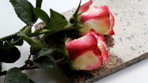 Четное число цветов на могиле фото