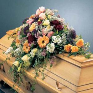 Букеты цветов на гробу фото
