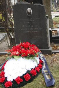 Венок на могиле фото