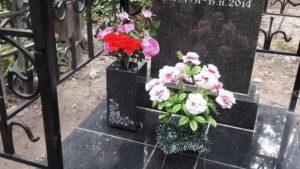 Цветы на могиле в вазе фото