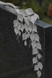Березовая ветвь на памятнике фото