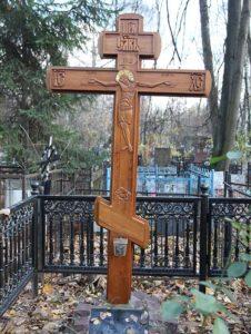 Резной деревянный крест на могиле фото