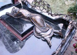 Скульптура из бронзы на могиле фото
